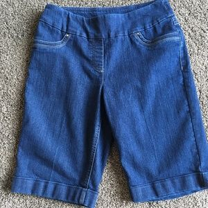 Womens strectchy dark colored shorts in size 8P